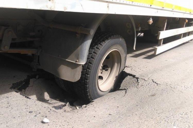 Roata a ramas prinsa in groapa din asfalt